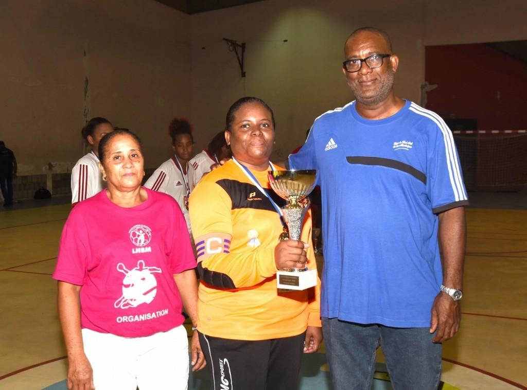 L'ASC InterCarbet reçoit sa coupe de la Main de Daniel NISAS et de Mme MIPOUDOU