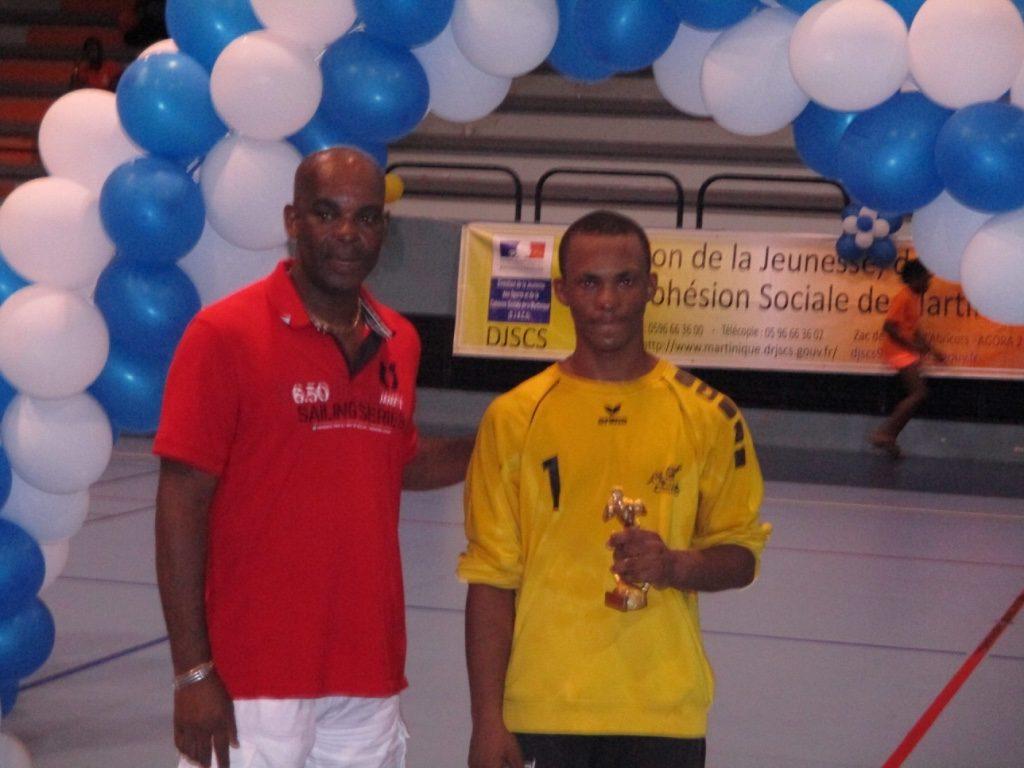 Patrick Romain remet à  Derevenne le Trophée de Meilleur Joueur U16