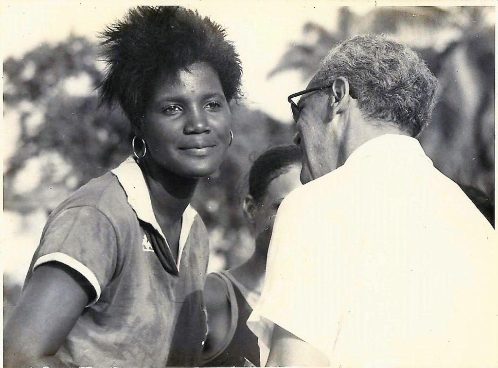 Christiane MEPA (1953-2019) capitaine du Golden Star félicitée par Serge ROUCH Président du Golden S