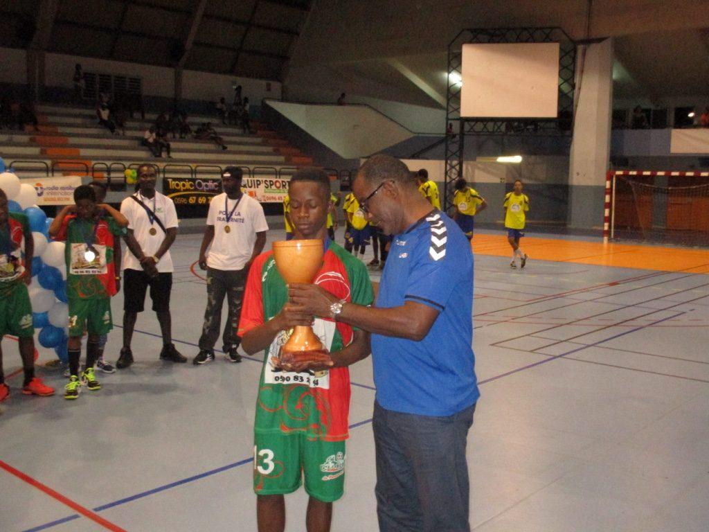 Celestin Philocles reçoit la Coupe de la Main de Daniel NISAS Président de la LHBM