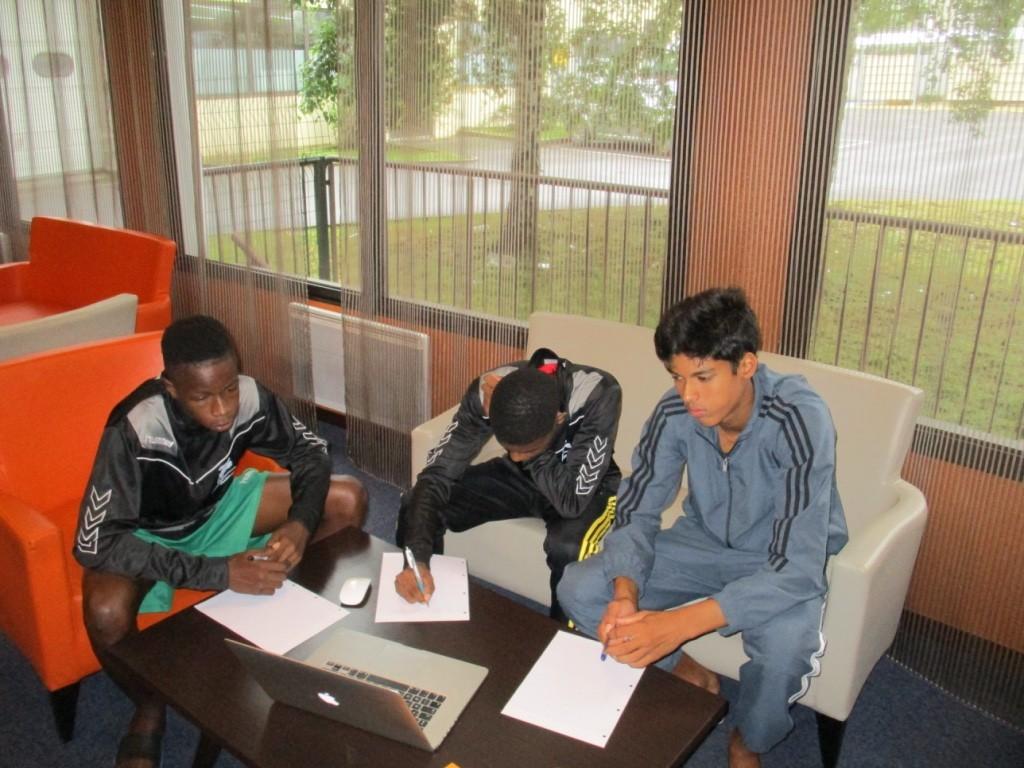 Les garçons en étude de maths